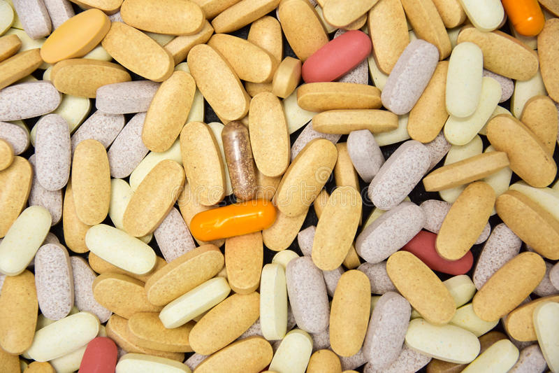 Mischung von Vitaminen und Kräuterergänzungen schließen oben stockfotos
