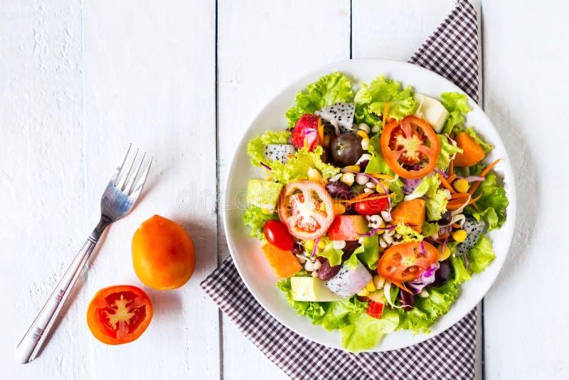 Mischungsobst- und gemüse -salat lizenzfreies stockfoto