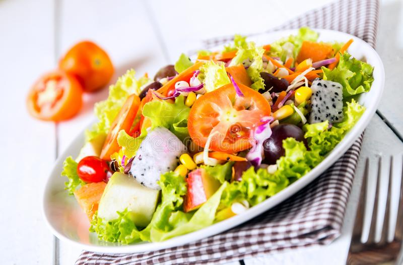Mischungsobst- und gemüse -salat stockbilder