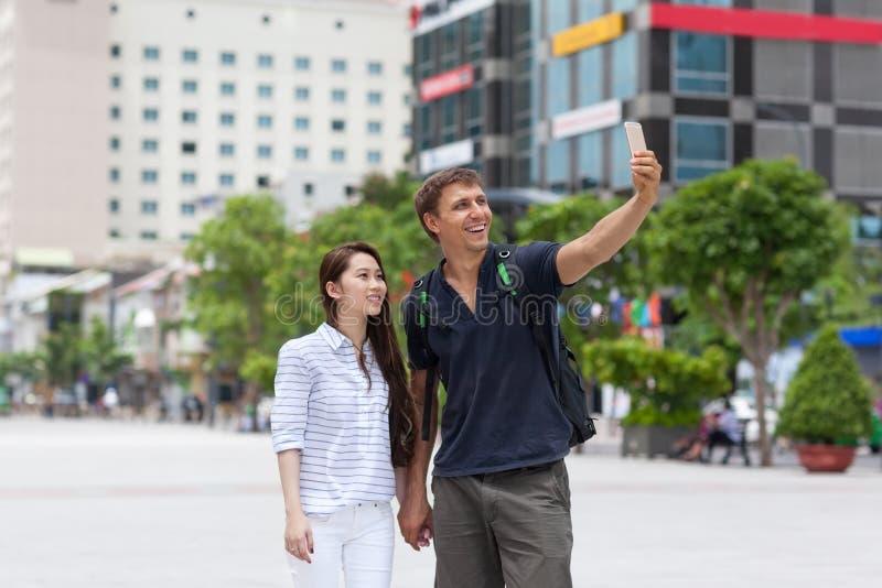 Mischungsrennpaartouristen, die selfie Foto machen lizenzfreies stockfoto