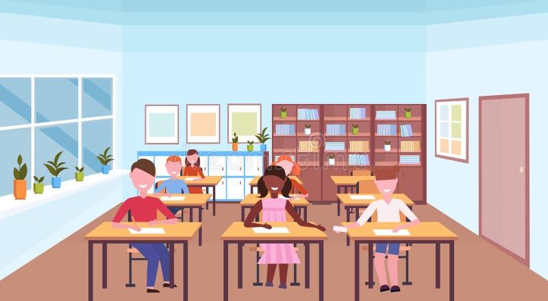 Mischungsrennschüler, die Schreibtische sitzen und Aufgaben während Klassenzimmerinnenraums des Lektionsausbildungskonzeptes des  vektor abbildung