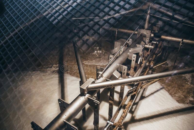 Mischungsvorgang, Gärung, Filtration des Bieres innerhalb des Bottichs mit Brauereiausrüstung lizenzfreies stockbild