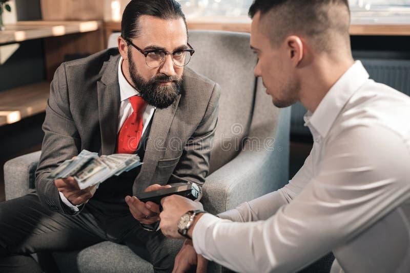 Misdadig holdingskanon terwijl het eisen van de mens om hem geld te geven stock afbeelding