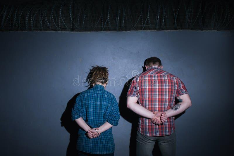 Misdadig paar Partners - binnen - misdaad stock afbeeldingen