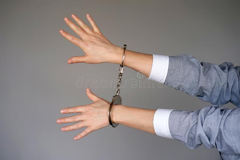Misdadige handen die in handcuffs worden gesloten royalty-vrije stock foto's