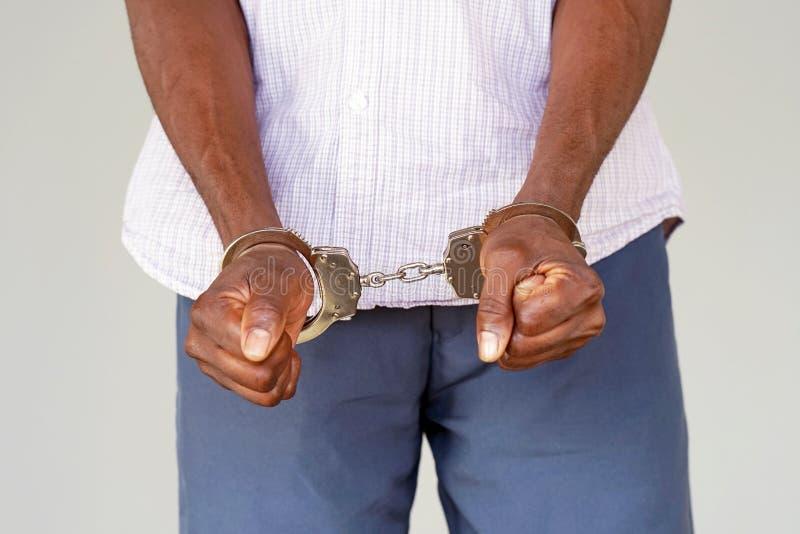 Misdadige handen die in handcuffs worden gesloten De mening van de close-up royalty-vrije stock foto