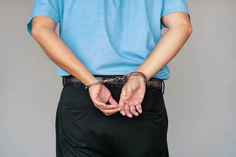 Misdadige handen die in handcuffs worden gesloten De mening van de close-up royalty-vrije stock foto's
