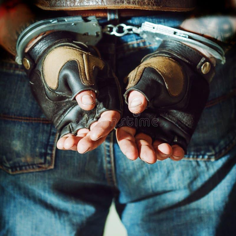 Misdadige mens Het mannetje dient handcuffs in stock foto's