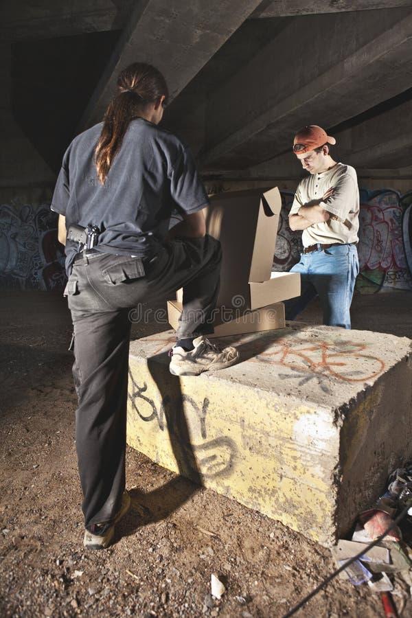 Misdadiger die gestolen koopwaar verkoopt stock afbeeldingen