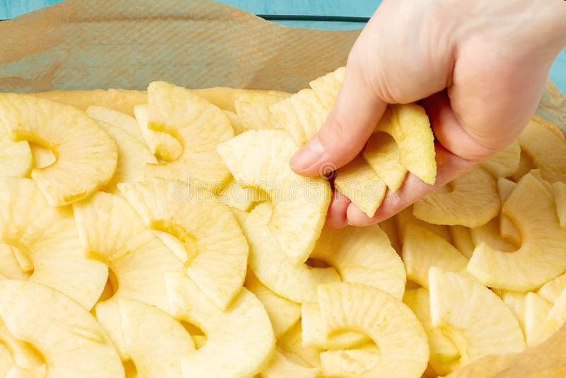Mise des pommes sur la pâte dans un plat de cuisson Faisant cuire la tarte aux pommes - photo, image photos libres de droits