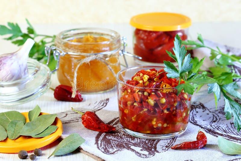 Mise en boîte à la maison Billettes de piment avec des épices dans des pots photographie stock libre de droits