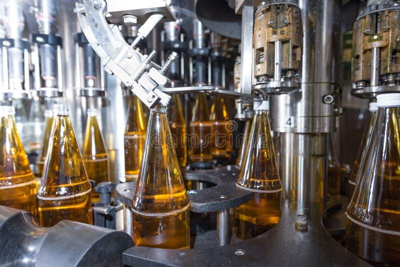 Mise en bouteilles des boissons - usine de mise en bouteilles photo libre de droits