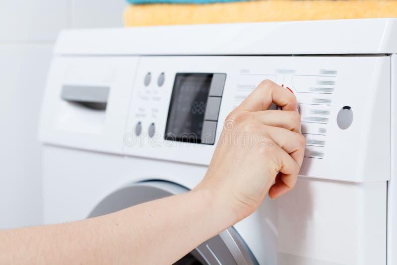 Mise en marche de la machine à laver photo libre de droits