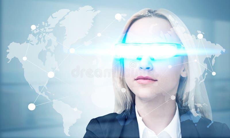 Mise en réseau globale avec le verre futé photos stock
