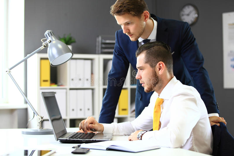 Mise en réseau sûre de deux hommes d'affaires photo stock