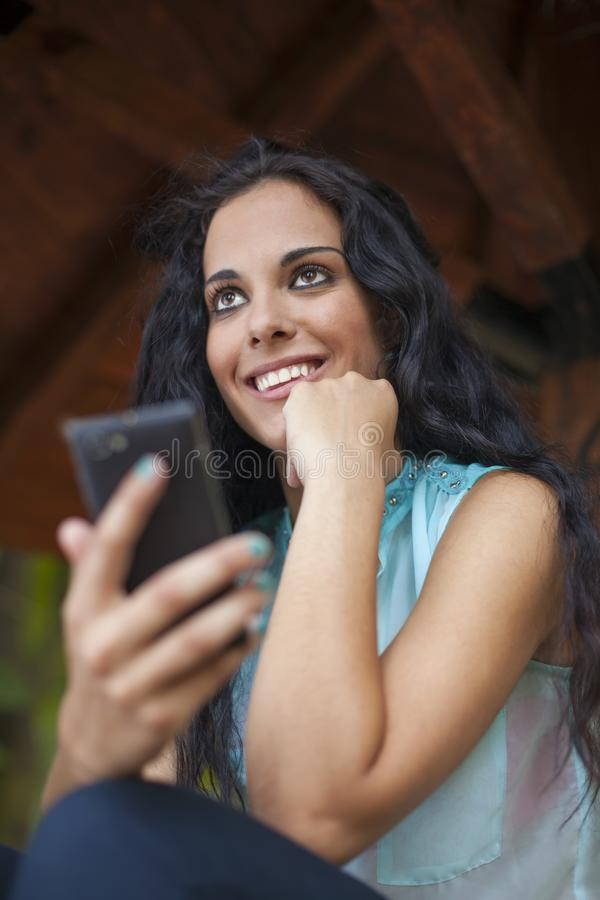 Mise en réseau sociale - jeune femme de métis avec le beau sourire images stock