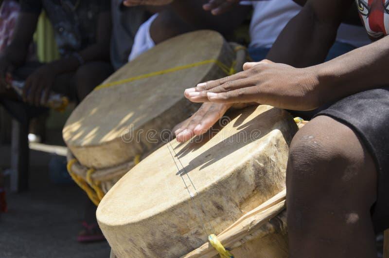 Mise en tambour de Garifuna images libres de droits