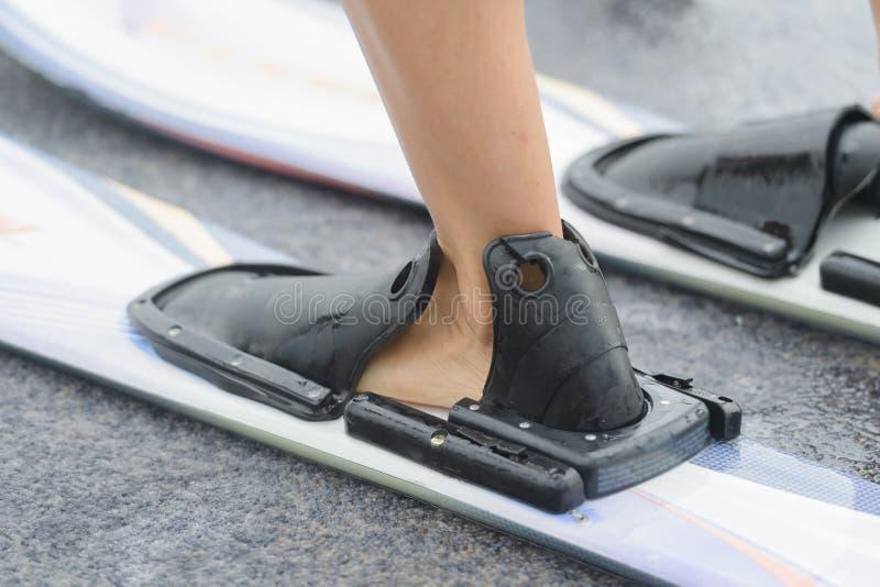 Mise sur des skis d'eau image libre de droits