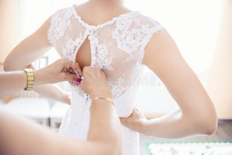 Mise sur la robe de mariage images libres de droits