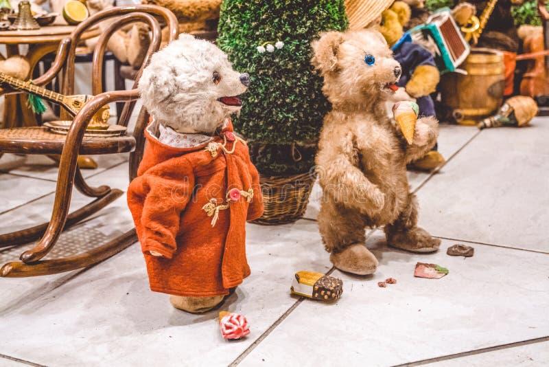 Misiów pluszowych niedźwiedzie brunatni dobrego czas i jedzą lody Wystawa zabawki Przyjęcie na nowy rok oświadczenie zdjęcie stock