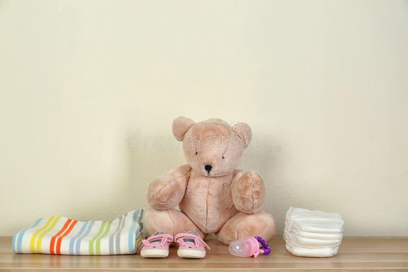 Misia i dziecka akcesoria dla pepiniery izbowego wnętrza na drewnianym stole zdjęcie royalty free