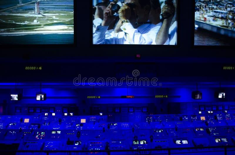 Misji kosmicznej centrum kontroli NASA chmurzący rafinerii oleju do nieba Centrum Lotów Kosmicznych imienia Johna F workstation F zdjęcie stock