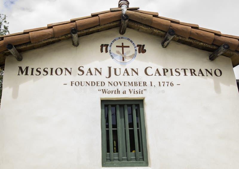 Misji San Juan Capistrano znak przy wejściem podwórze fotografia royalty free