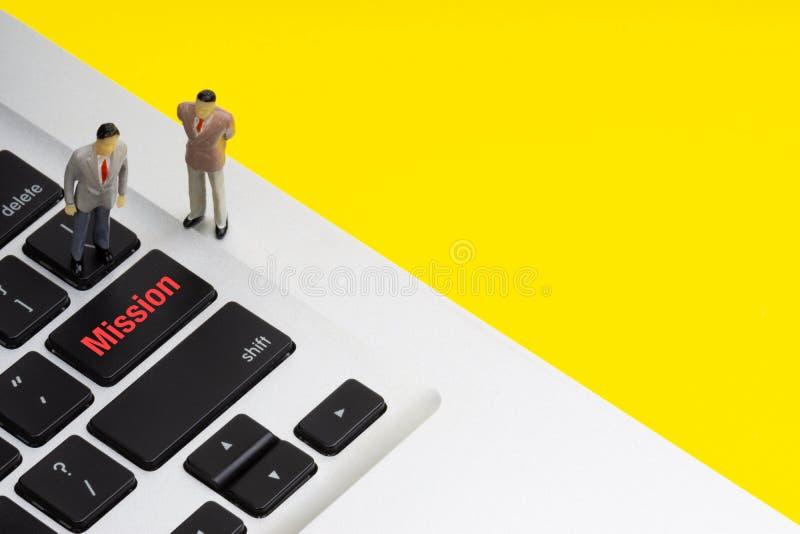 MISJI wpisowi pisać słowa, laptop i biznesmen, miniaturyzują obraz royalty free