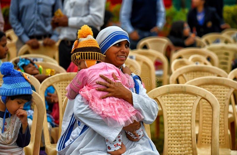 Misjonarzi dobroczynność z sierotą zdjęcie royalty free