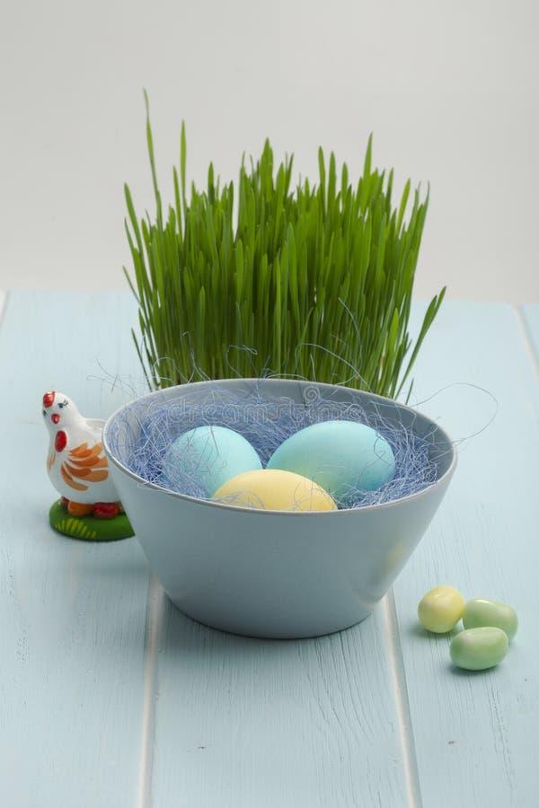 miska głębokości Wielkanoc jajka jaj pola frontu ogniska kolorowa płytki zdjęcia royalty free