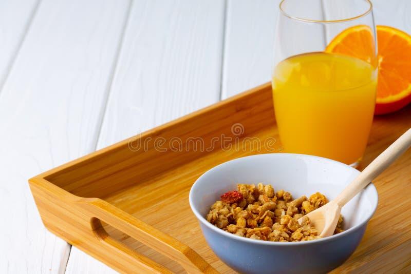 Miska z granolą na drewnianym stole fotografia stock
