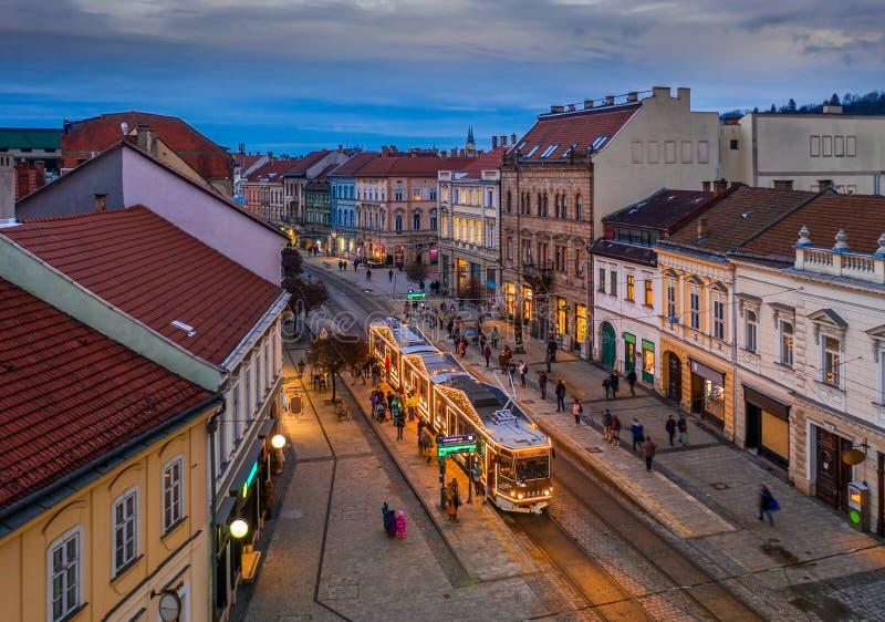 Miskolc, Ουγγαρία - Διακοσμούσαν γιορταστικά το χριστουγεννιάτικο ελαφρύ τραμ και τα παραδοσιακά σπίτια στην οδό Μίσκολτς, επαρχί στοκ φωτογραφία με δικαίωμα ελεύθερης χρήσης