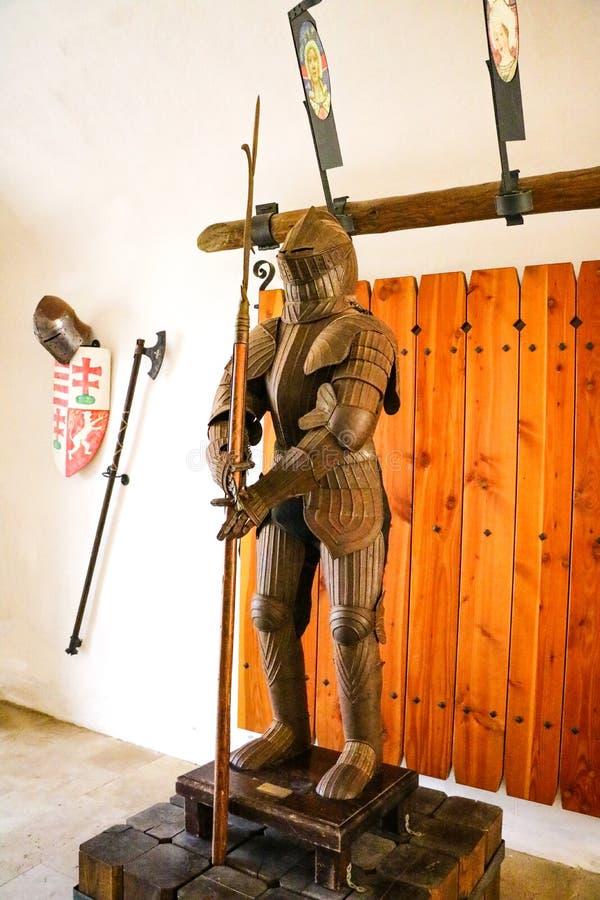 Miskolc, Hungría, el 20 de mayo de 2019: La armadura de un caballero con el metal brillante imagen de archivo