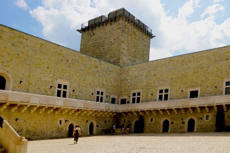 Miskolc, Hungria, o 20 de maio de 2019: O pátio interno da fortaleza de Diosgior em Miskolc fotografia de stock royalty free