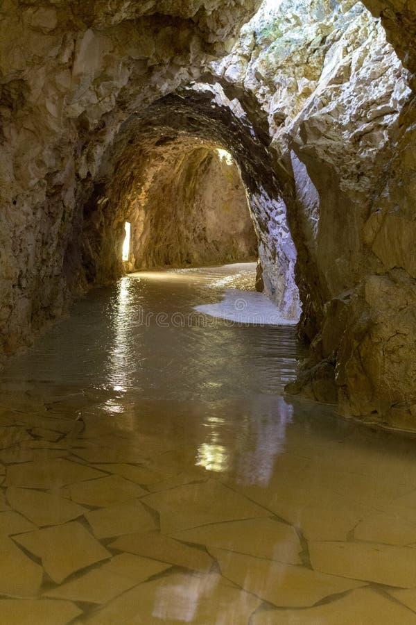 Miskolc, Hungria - 02/20/2018: recurso da caverna com água térmica Caverna de pedra natural bonita Banhos térmicos imagens de stock