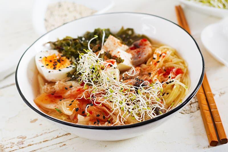 Miso de Aziatische noedels van Ramen met koolkimchi, zeewier, ei, paddestoelen stock fotografie