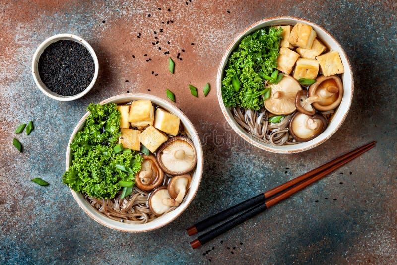 Miso en sobanoedelssoep met boerenkool, shiitake paddestoelen, geroosterde tofu royalty-vrije stock afbeelding