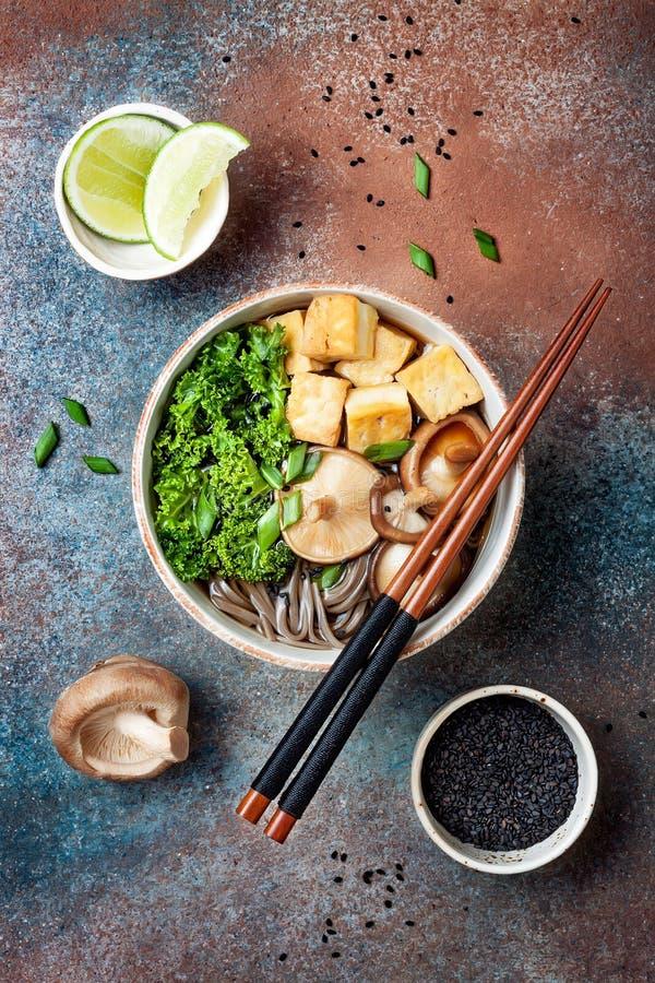 Miso en sobanoedelssoep met boerenkool, shiitake paddestoelen, geroosterde tofu royalty-vrije stock foto's