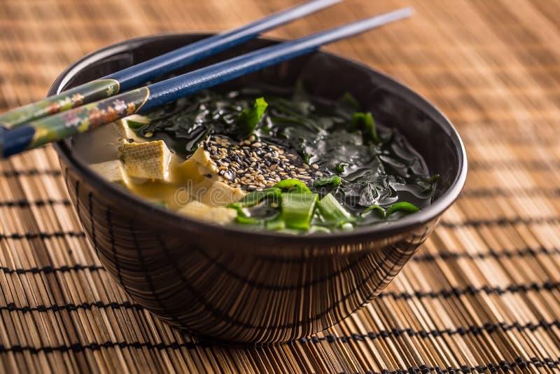 Miso japonais traditionnel de soupe avec des baguettes d'algue de tofu et photo stock