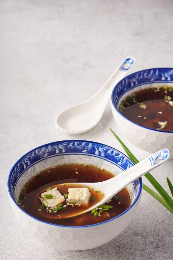 Miso soep met tofu, bieslook en sesam royalty-vrije stock foto