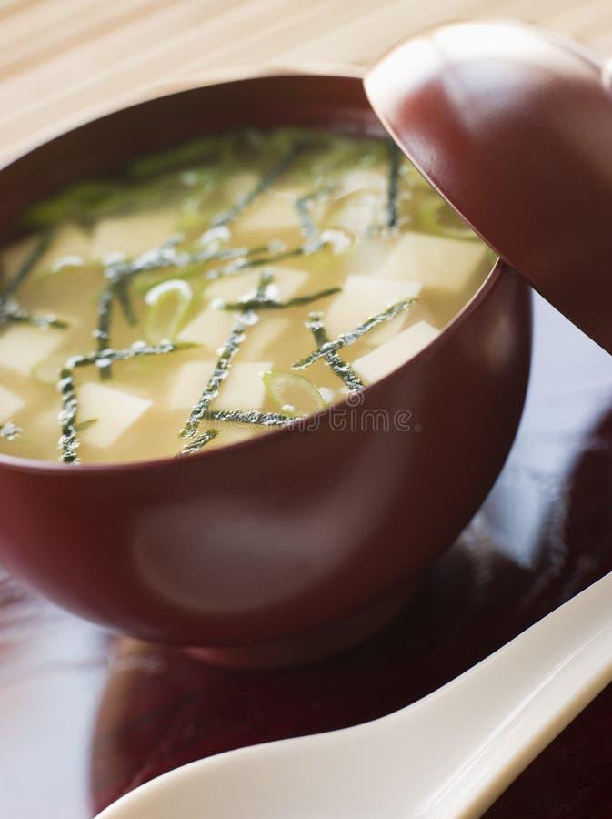 Miso-Suppe-Cup und Löffel stockfotografie