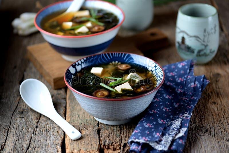 Misosuppe mit Tofukäse, Meerespflanze, Misoteigwaren und dasi Japanische Nahrung stockfotos