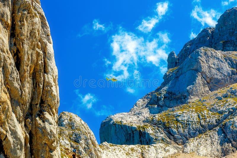 Missão de resgate com o helicóptero na paisagem alpina da montanha imagens de stock royalty free