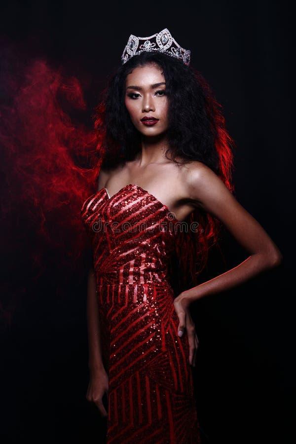 Miss Pageant Contest i klänning för boll för aftonbollkappa lång med D royaltyfria bilder