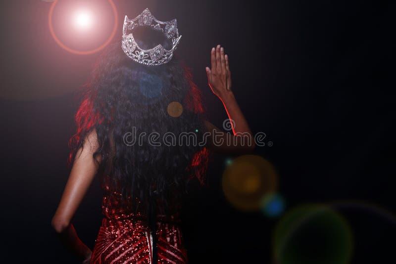 Miss Pageant Contest i klänning för boll för aftonbollkappa lång med D royaltyfri foto