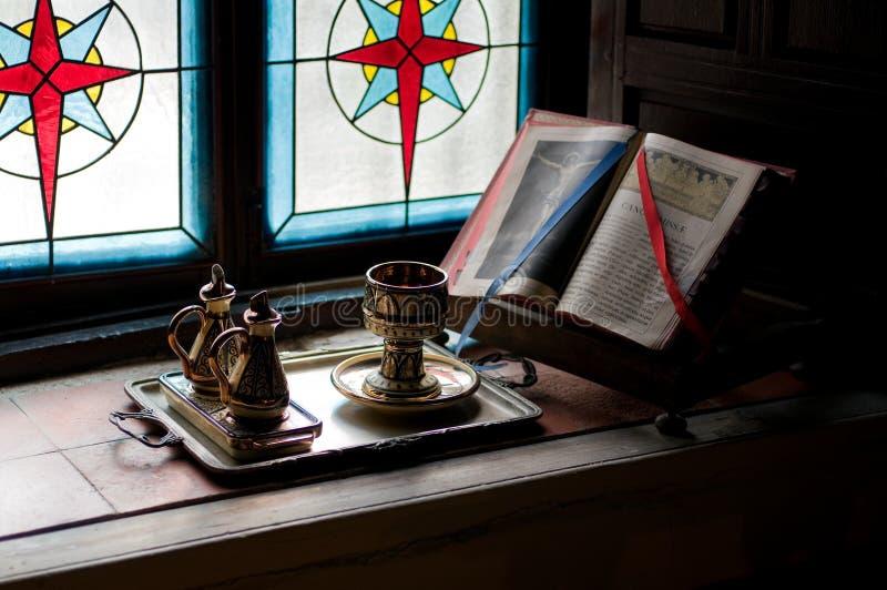 Missaal en Miskelk in een Kapel stock foto