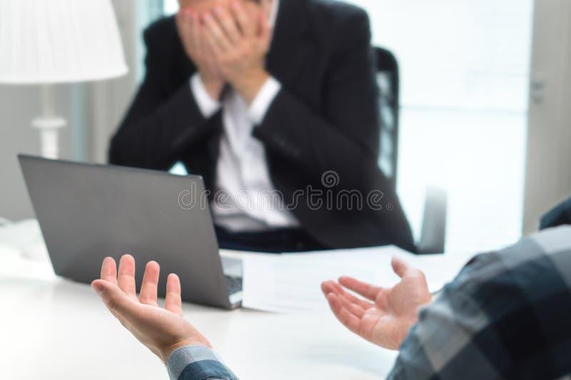 Missad jobbintervju eller affärsfolk som har kamp i regeringsställning arkivbild