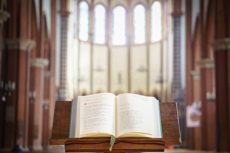 Missal раскрыло и показало в церков, Италии стоковые фотографии rf