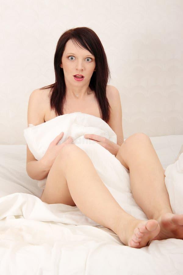 Missbraucht im Bett stockfotografie