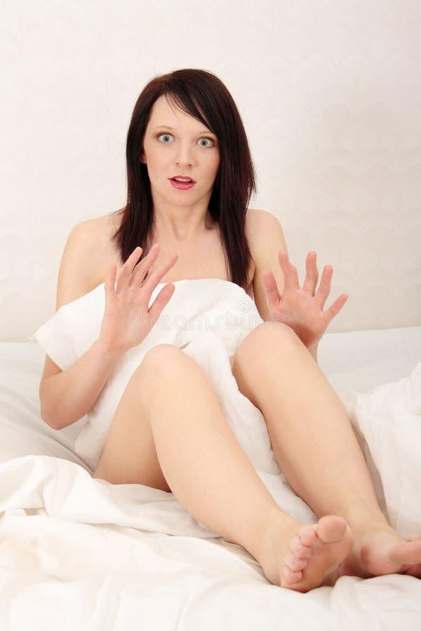 Missbraucht im Bett stockfotos